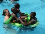 Reise von Steffi und Christian nach Uganda, August 2015 – Schwimmen mit den Kids
